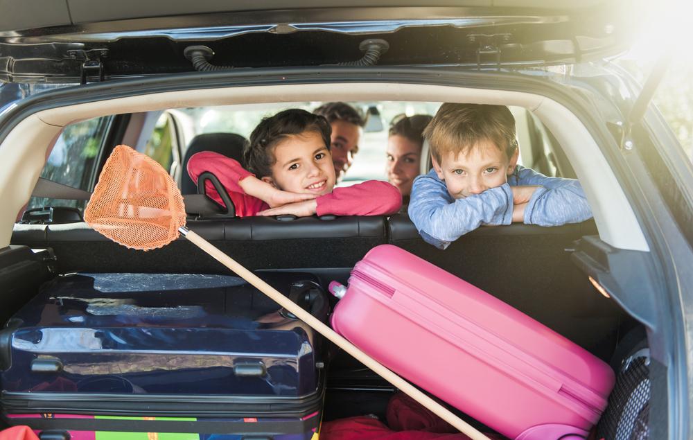 Resultado de imagen para familia viajando en camioneta