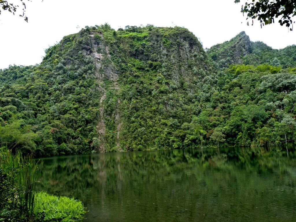 Laguna el Tabacal - Carretera que une Bogotá con Medellín